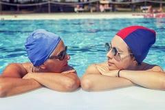 母亲和女儿画象泳装的 免版税库存图片
