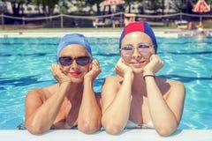 母亲和女儿画象泳装的 图库摄影