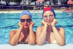 母亲和女儿画象泳装的 免版税库存照片