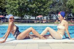 母亲和女儿画象泳装的 库存图片