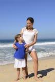 母亲和女儿画象海滩的 库存照片