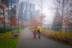 母亲和女儿Vancouver&的x27; s步行方式 库存照片