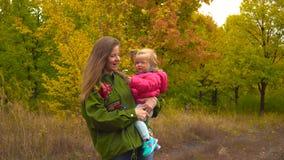 母亲和女婴在秋天公园 影视素材