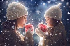 母亲和女孩饮用的茶 免版税库存照片