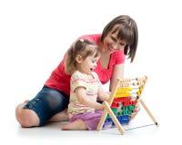 母亲和女婴使用与逆玩具 库存照片