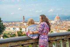 母亲和女婴在佛罗伦萨,意大利 库存照片