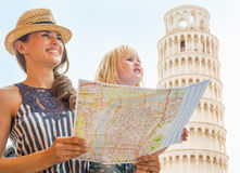 母亲和女婴有地图的在比萨 免版税库存图片