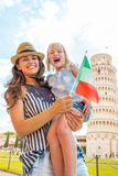 母亲和女婴有意大利旗子的在比萨 库存照片