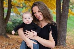 母亲和女婴画象  库存照片