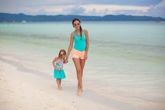 年轻母亲和她一点女儿享用 免版税库存图片