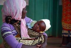 母亲和她小的婴孩Pomerini坦桑尼亚非洲 免版税库存照片
