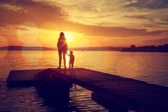 母亲和她的儿子剪影由湖 库存图片