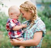 年轻母亲和她的儿子在公园 免版税图库摄影