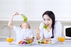 母亲和男孩的健康午餐 免版税库存照片