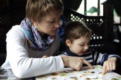 母亲和她的儿子在餐馆 免版税库存照片