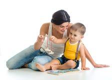 母亲和她的儿子戏剧难题玩具 免版税库存图片