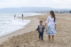 母亲和她的儿子海滩的 免版税图库摄影