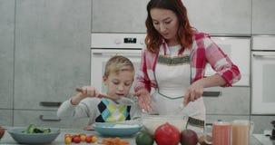 母亲和她的儿子的烹饪时间在一个现代厨房里,可爱的时间消费一起,当做食物时 4K 射击 影视素材