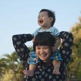 母亲和她的儿子肩扛乘驾 免版税图库摄影