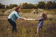 母亲和她的女儿一起使用 免版税库存照片