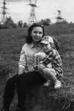 母亲和她的女儿一起松弛 免版税库存图片