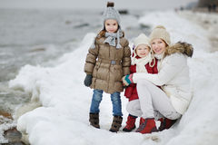 年轻母亲和她的女儿在一个冬日 图库摄影