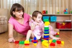 母亲和她的女儿戏剧玩具 库存照片