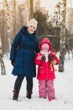 母亲和她的女儿散步 图库摄影