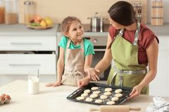 母亲和她的女儿用曲奇饼面团 免版税图库摄影