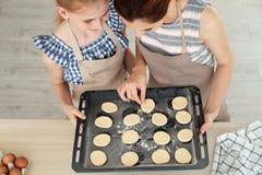 母亲和她的女儿用曲奇饼面团 库存图片