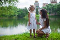 年轻母亲和她的女儿获得乐趣在附近 图库摄影