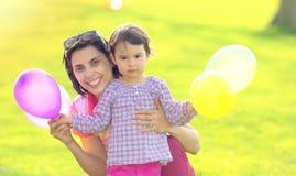 母亲和她的孩子享受早期的春天 免版税图库摄影
