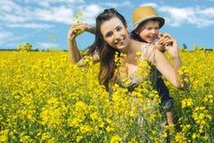 母亲和她的孩子在春天公园 免版税库存图片