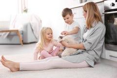 母亲和她的孩子有猫的 免版税库存照片