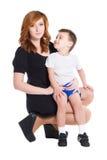 母亲和她的小儿子的画象 免版税库存图片