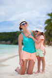 年轻母亲和她的小女儿帽子的有 免版税图库摄影
