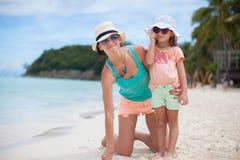 年轻母亲和她的小女儿帽子的有 库存图片