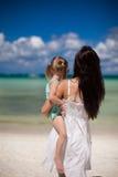 母亲和她的小女儿海滩的 免版税库存图片