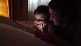 母亲和她的小女儿观看的片剂特写镜头在家 影视素材