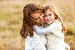 年轻母亲和她的小孩女孩有乐趣母亲节 库存图片