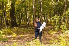 年轻母亲和她的小孩女孩获得乐趣在秋天 库存照片