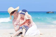 母亲和她的海滩的子项 库存图片