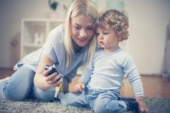 母亲和她的男婴一起有戏剧 在活动中 库存照片