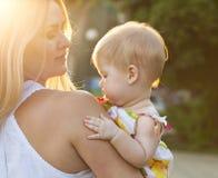 母亲和她的婴孩享受日落 库存照片