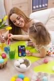 母亲和她的婴孩在复活节期间 库存照片