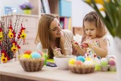 母亲和她的婴孩在复活节期间 免版税库存图片