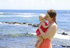 母亲和她的婴孩海洋的 考艾岛旅行 免版税库存照片