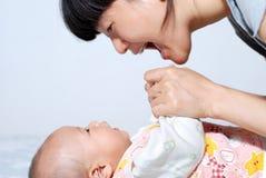 母亲和她的婴孩 免版税图库摄影