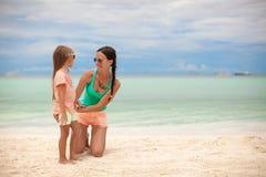 年轻母亲和她逗人喜爱的女儿获得乐趣  图库摄影