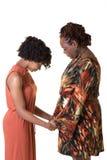 母亲和她青少年女儿祈祷 免版税库存图片